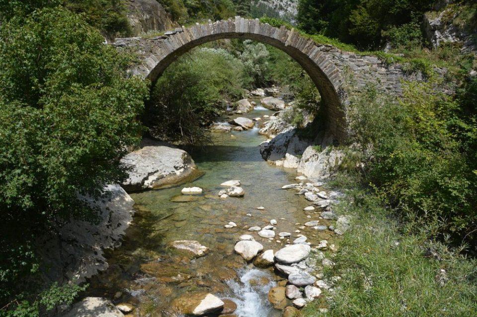 Puente de Izaba, en el valle del Roncal en Navarra