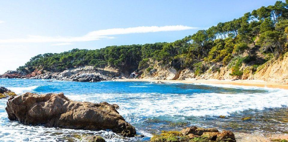 Cala Estreta, playa de rocas en Gerona