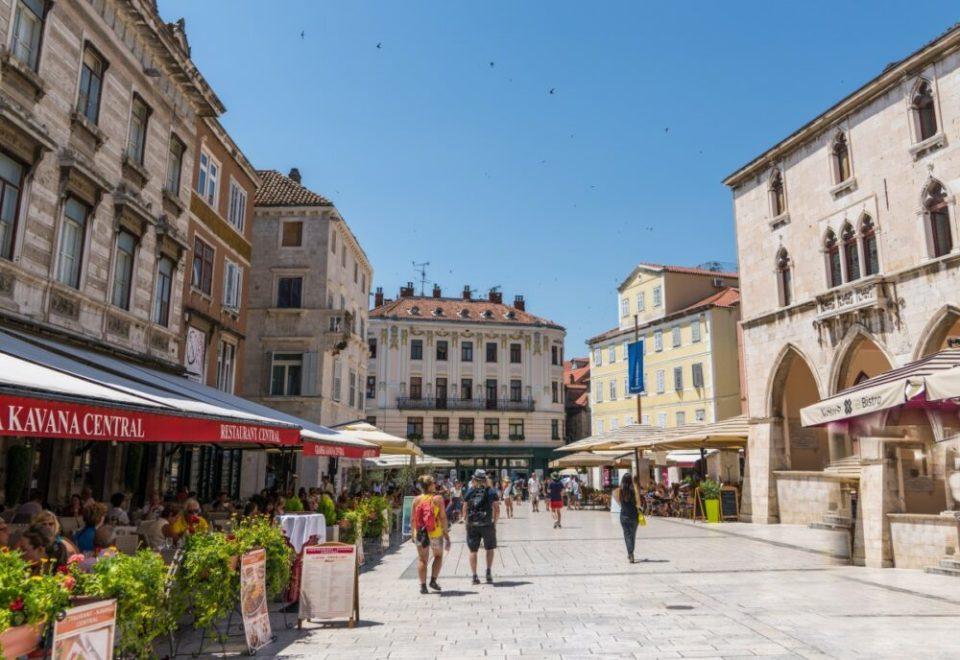 La ciudad cuenta con numerosas plazas