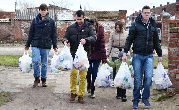 Lugoj Expres Astăzi Tu Dăruiești! Campanie pentru persoanele cu nevoi sociale Rotary Lugoj Rotaract persoane nevoiașe Interact donez campanie Astăzi tu dăruiești alimente