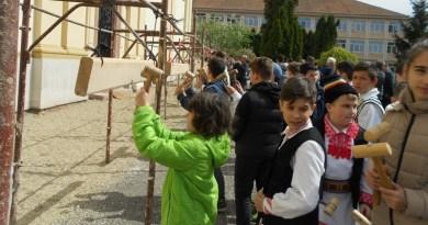 Lugoj Expres Răsună toaca, la Lugoj, în Joia Mare toaca la Lugoj toaca Lugojana eveniment