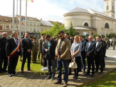 Lugoj Expres De 9 Mai, la Lugoj: depuneri de coroane, defilare și dansuri populare Ziua Victoriei Ziua Independenței Ziua Europei Lugoj defilare ceremonial militar 9mai