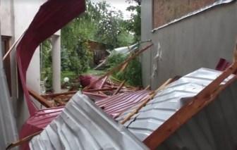 Lugoj Expres Furtună la Lugoj! Acoperișul unui internat, spulberat de vântul puternic vijelie vânt puternic prăpăd Lugoj furtună copaci rupți acoperiș distrus