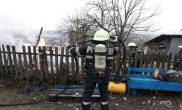 Lugoj Expres Incendiu puternic la Bara. Anexa unei gospodării s-a făcut scrum (FOTO) pompieri pericol de explozie ISU Timiș incendiu la Bara incendiu flăcări anexă cuprinsă de flăcări