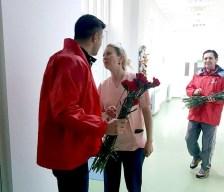 Lugoj Expres De 8 Martie, TSD Lugoj a oferit garoafe roșii doamnelor și domnișoarelor Ziua Femeii viceprimar TSD Lugoj TSD PSD Lugoj PSD garoafe flori Cristian Galescu 8 martie