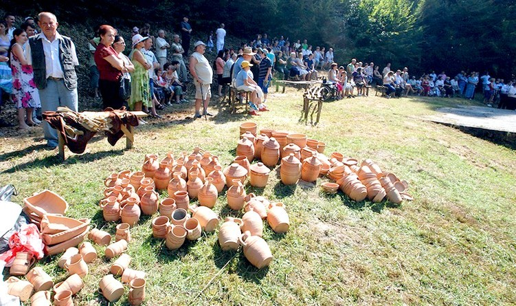 Lugoj Expres Tradiția continuă, la Jupânești: Vatra de olari - ediția XXXIX-a vatra de olari unic în Banat tradiție târgul olarilor spectacol folcloric Poiana Olarilor olari meșteșug Jupânești Făget expoziție eveniment ceramică utilitară