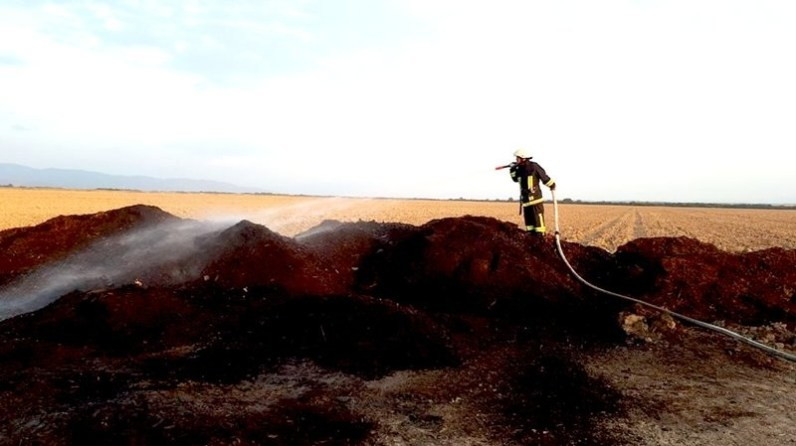 Lugoj Expres Depozit de rumeguș, în flăcări, la Oloșag Știuca rumeguș pompieri Oloșag ISU Timiș incendiu haldă flăcări ferma depozit