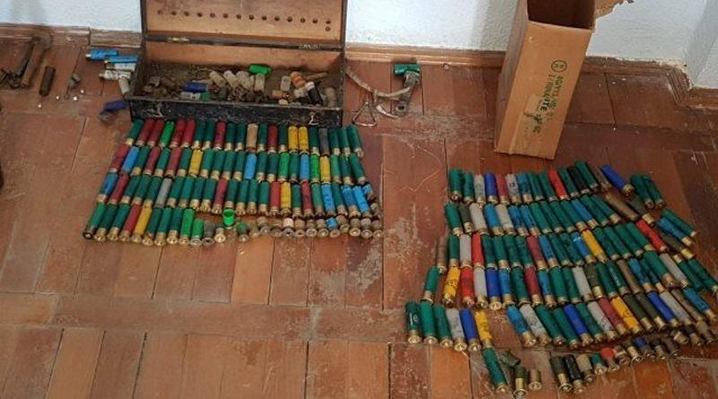 Lugoj Expres Armă de vânătoare, cartușe artizanale și diverse dispozitive folosite la confecționarea muniției, descoperite la domiciliul unui bărbat din Făget Poliția Făget nerespectarea regimului armelor și munițiilor muniție Făget dosar penal descinderi cartușe artizanale armă de vânătoare