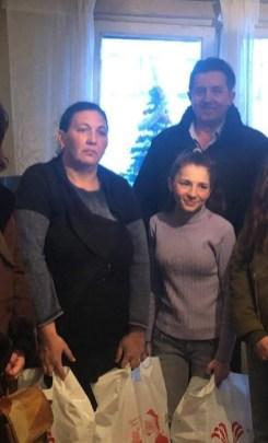 Lugoj Expres Daruri de Crăciun pentru câteva familii defavorizate Sacoșu Mare PMP Lugoj PMP Pietroasa Mare Lugoj familii defavorizate daruri cadouri acțiune caritabilă