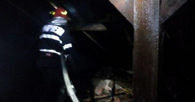 Lugoj Expres Școală lovită de trăsnet! Acoperișul clădirii a fost distrus de flăcări trăsnet școala Păru școală lovită de trăsnet școală pompieri Păru Lugoj ISU Timiș incendiu flăcări Coșteiu an școlar
