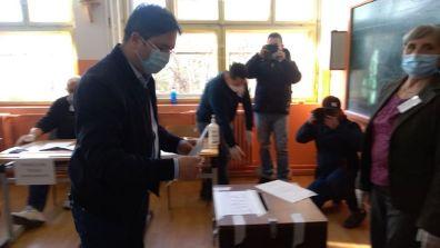 """Lugoj Expres Primarul Claudiu Buciu: """"Vă îndemn pe toți să veniți la vot și să votați cu mintea rece pentru un guvern care ne va ajuta într-adevăr să ne dezvoltăm"""" viitorul parlament secția de votare primarul Lugojului parlament Lugoj Claudiu Buciu Alina Gorghiu alegeri parlamentare"""