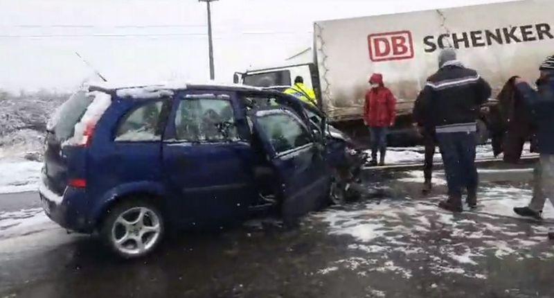 Lugoj Expres Coliziune între un autoturism și un autocamion, pe DJ 592 Lugoj-Buziaș polei neadaptarea vitezei Lugoj femeie rănită DJ 592 Darova condițiile de drum coliziune Buziaș accident DJ 592 accident