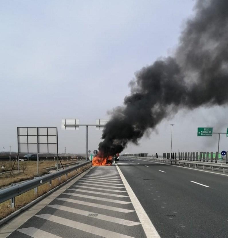 Lugoj Expres Autoturism cuprins de flăcări, pe autostrada A1 Timișoara Lugoj incendiu autoturism incendiu A1 incendiu Balinț autoturism în flăcări autostrada A1