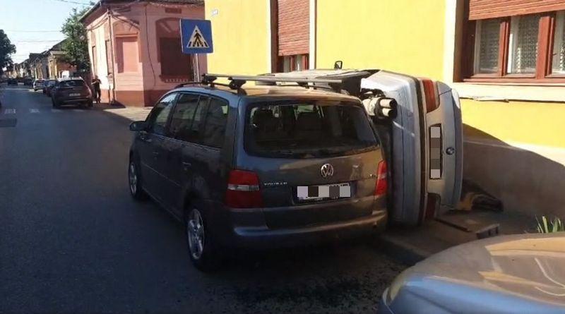 Lugoj Expres BMW răsturnat pe trotuar, pe o stradă din Lugoj strada CErnei răsturnat pe trotuar mașini avariate Lugoj autoturism răsturnat accident Lugoj accident