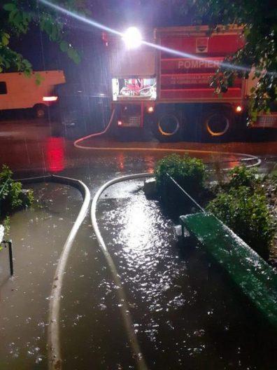 Lugoj Expres Lugojul, sub cod roșu de fenomene meteo periculoase stradă inundată situații de urgență Lugojul sub ape inundații Lugoj inundații fenomene meteo periculoase cod roșu averse torențiale