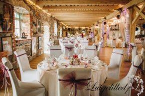 Laitse Graniitvilla pulmad, peoruumi dekoratsioon, peoruumi kaunistused, lipsud toolidele, lillades toonides pulm, pulmadekoratsioonid