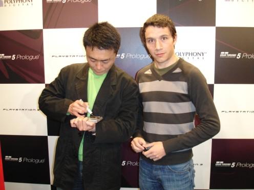 Yamauchi firmándome un Gran Turismo 4 Prologue