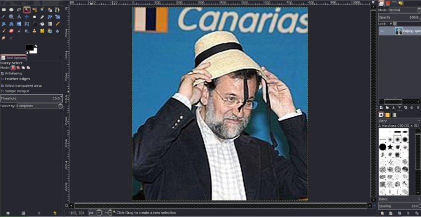 Captura de pantalla del programa de retoque de imagen GIMP con una foto de Mariano Rajoy con un sombrero.