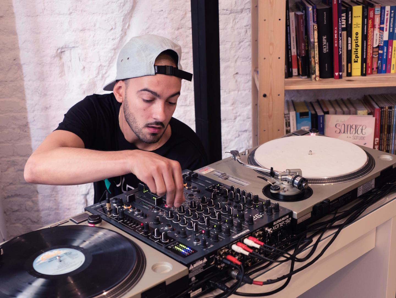 Emelvi durante un dj set en la librería Molar. Festival Red Bull Music Academy Weekender. Fotografía de Luis F. Roncero.