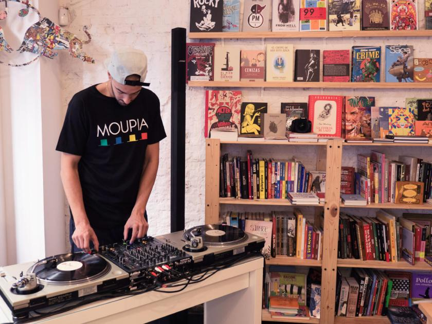 El productor de hip-hop Emelvi durante un dj set en la librería tienda de discos Molar. Festival Red Bull Music Academy Weekender. Fotografía de Luis F. Roncero.