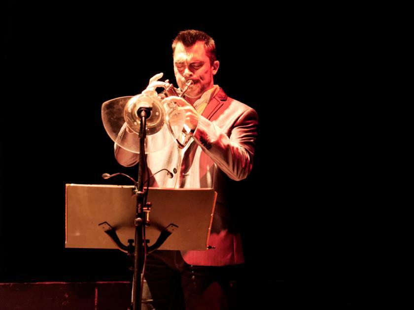 """Laurent Agnés tocando la trompeta en directo. Concierto de Akoda Afro Jazz durante el ciclo """"Les jeudis du jazz"""" celebrado en la asociación Larural de Créon, Francia. Fotografía de Luis F. Roncero."""