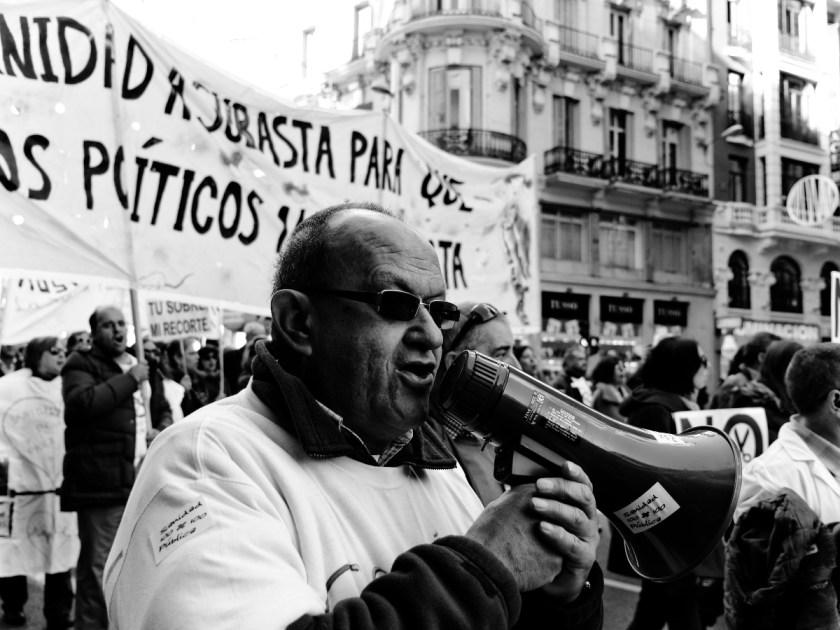 Manifestante con gafas de sol y megáfono. Manifestación en Madrid contra los recortes del Partido Popular y el desmantelamiento del Estado de Bienestar en España. Fotografía de Luis F. Roncero.