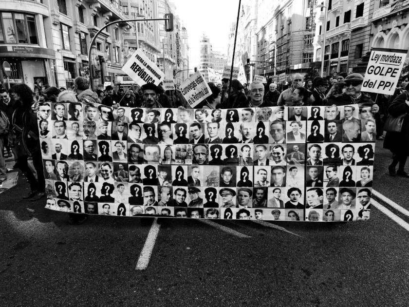 Pancarta con fotos en memoria de los desaparecidos y asesinados durante la dictadura franquista. Manifestación en Madrid contra los recortes del Partido Popular y el desmantelamiento del Estado de Bienestar en España. Fotografía de Luis F. Roncero.