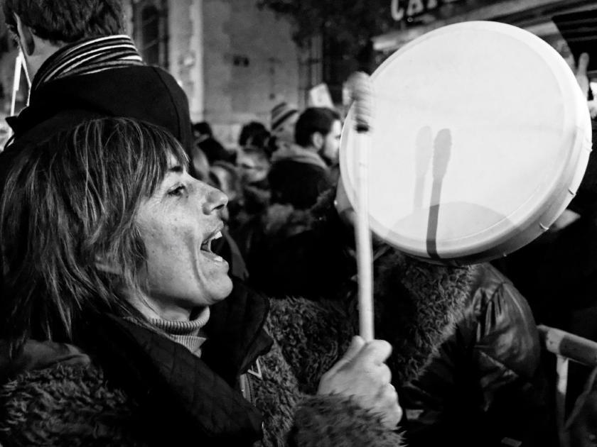 Mujer tocando el tambor. Mi Bombo Es Mio: manifestación en Madrid contra la Ley del Aborto del Partido Popular. Fotografía de Luis F. Roncero.