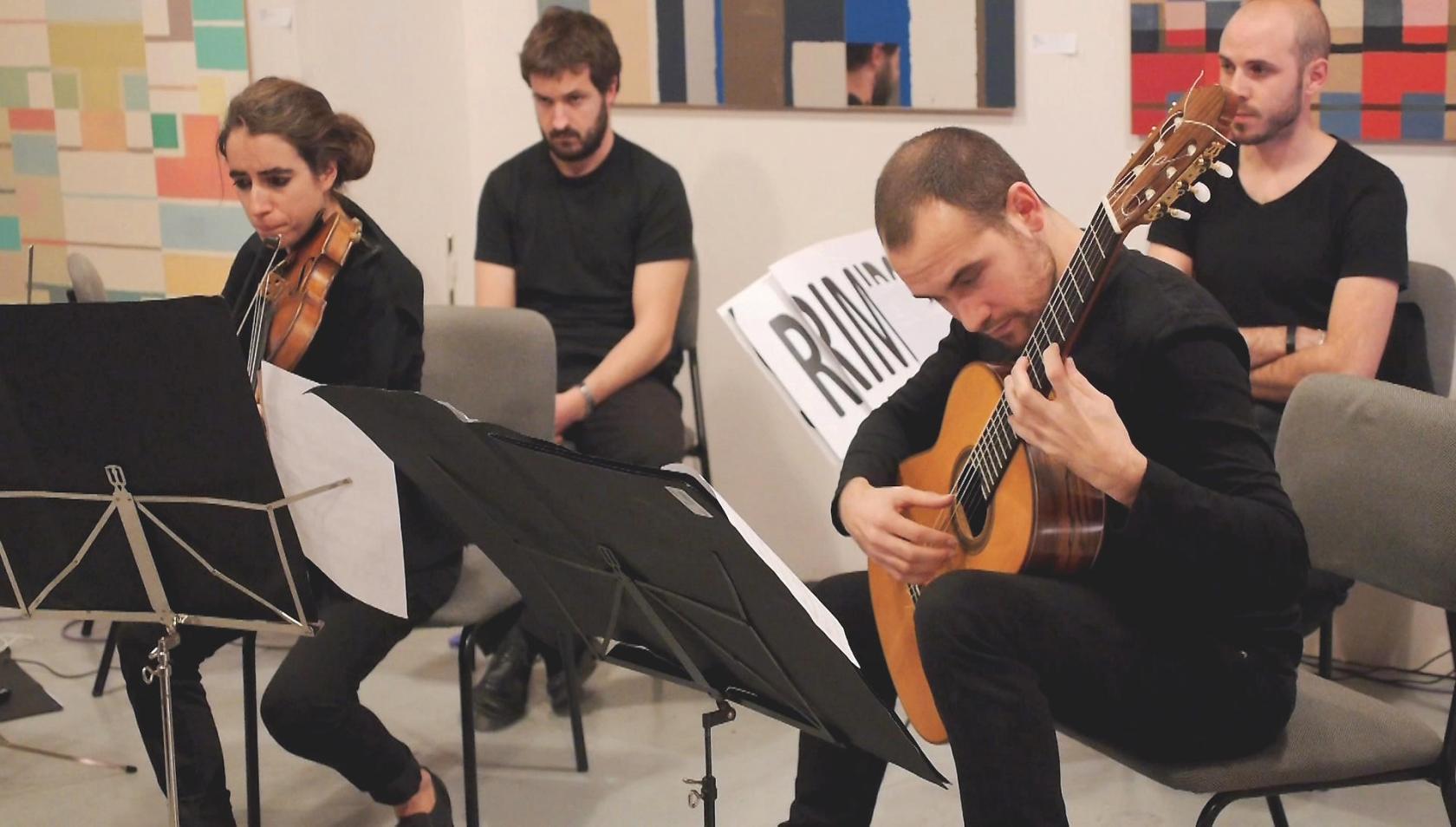 Nou Ensemble: José Pablo Polo y Georgia Privitera interpretan una composición de Elena Mendoza en la asociación Función Lenguaje de Madrid. Fotografía de Luis F. Roncero.