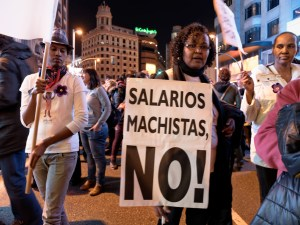 Mujer con pancarta contra los salarios machistas. Día de la Mujer en Madrid. Manifestación contra la Ley del aborto de Gallardón (Partido Popular). By Luis F. Roncero