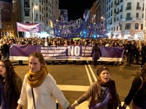 Mujeres manifestándose de la mano. Movimiento feminista de Madrid. Día de la Mujer en Madrid. Manifestación contra la Ley del aborto de Gallardón (Partido Popular). By Luis F. Roncero