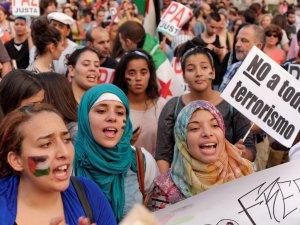"""Mujeres con pancarta """"No al terrorismo de Israel"""". Manifestación contra el genocidio de Israel en Gaza.. By Luis F. Roncero"""