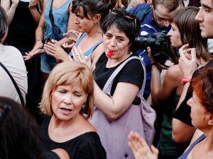 Mujer con un silbato antiviolación. Manifestación contra la violencia machista frente al Ministerio de Justicia en Madrid. By Luis F. Roncero