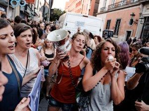 Mujeres manifestándose con megáfono. Manifestación contra la violencia machista frente al Ministerio de Justicia en Madrid. By Luis F. Roncero