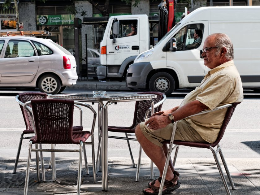 Terraza al lado de una carretera en Madrid. Fotografía de Luis F. Roncero.