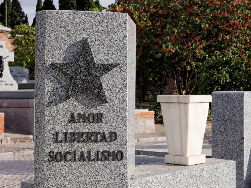 Lápida amor libertad y socialismo en el Cementerio civil de Madrid. Imagen de Luis F. Roncero.
