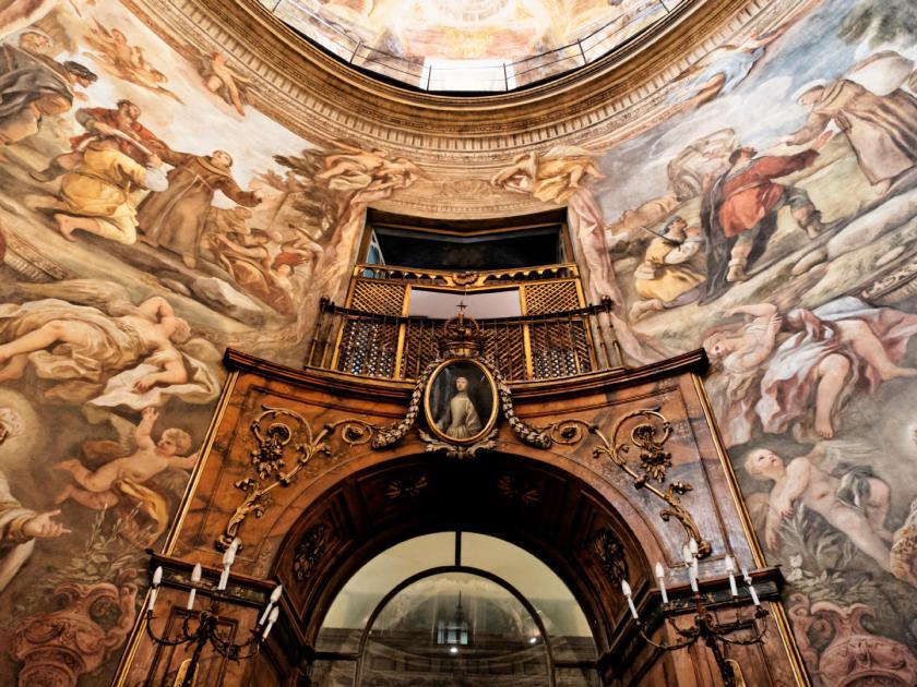 Detalle de los frescos sobre la puerta se la Iglesia de San Antonio de los Alemanes de Madrid. Pinturas de Luca Giordano que narran los milagros de San Antonio. Fotografía de Luis F. Roncero.