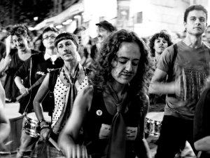 Mujer con un bigote pintado toca un tambor en una batucada. Manifestación por la despatologización de la transexualidad en Madrid. By Luis F. Roncero