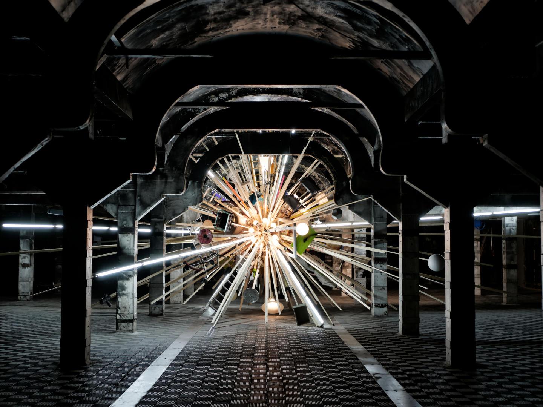 CYGNUS X-1, una instalación de Björn Dahlem que representa un agugero negro. En la nave Zona de Obras de Matadero Madrid. Fotografía de Luis F. Roncero.