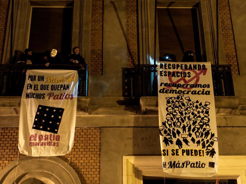 """Pancartas durante la okupación del Patio Maravillas. """"Recuperando espacios recuperamos democracias"""" Fotografías de Luis F. Roncero."""