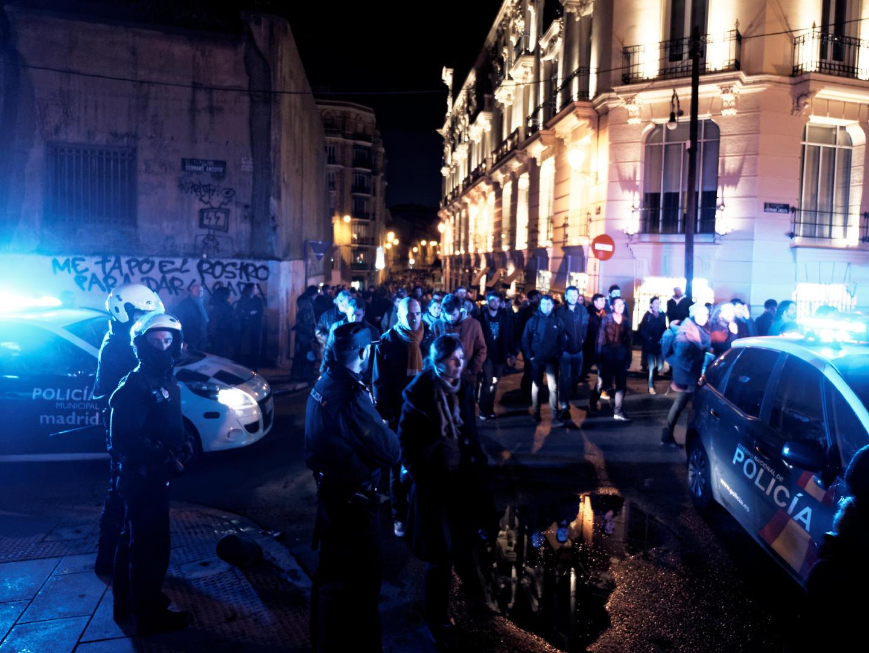 Policía en una manifestación en defensa del Patio Maravillas de Madrid. Fotografía de Luis F. Roncero.