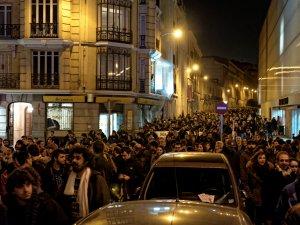Calle repleta de miles de manifestantes en defensa del centro okupado Patio Maravillas