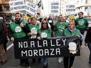 Manifestantes de la plataforma Stop Deshaucios sostienen una pancarta contra la Ley Mordaza. Manifestación contra la Ley de Seguridad Ciudadana del Partido Popular en Madrid. By Luis F. Roncero