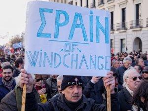 """Hombre sostiene pancarta reivindicando """"vientos de cambio en España"""". En La Marcha del Cambio convocada por Podemos el 31 de enero de 2015 en Madrid. By Luis F. Roncero"""