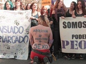 """Activista desnuda en manifestación con inscripción en la espalda: """"Abolición = Industria del sexo"""". Manifestación el Día Internacional de la Mujer en Madrid. By Luis F. Roncero"""