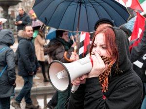 """Manifestante con la cara cubierta por un pañuelo """"palestino"""" hablando por un megáfono. Marchas de la Dignidad. Manifestación en Madrid. By Luis F. Roncero"""