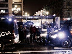 Ciudadanos sorprendidos por el despliegue policial en la Plaza Jacinto Benavente. Marchas de la Dignidad. Manifestación en Madrid. By Luis F. Roncero