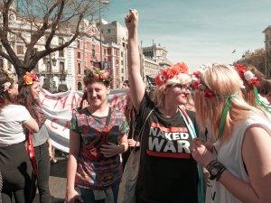 """Jóvenes feministas FEMEN con coronas de flores y camiseta """"Naked War"""". Manifestación el Día Internacional de la Mujer en Madrid. By Luis F. Roncero"""