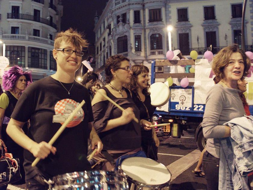 Mujeres feministas tocando percusión. Manifestación en Madrid contra la reforma de la ley del aborto del Partido Popular. Fotografía de Luis F. Roncero.