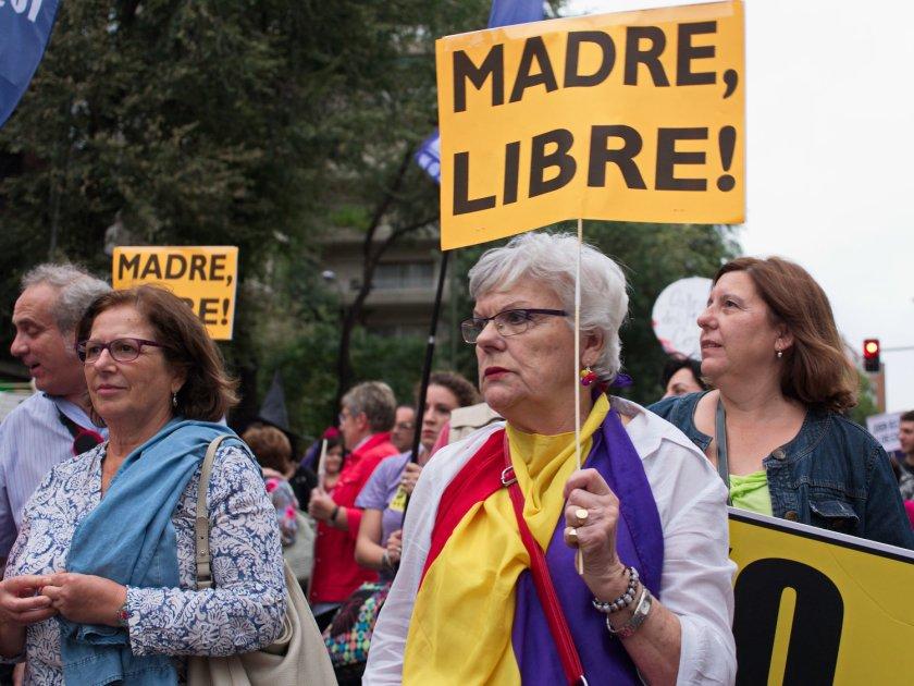 """Mujer sostiene pancarta con el texto """"Madre Libre"""" y una bandera de la Segunda República Española. Manifestación en Madrid contra la reforma de la ley del aborto del Partido Popular. Fotografía de Luis F. Roncero."""
